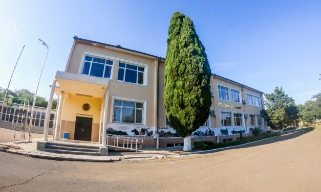 Велики българи изобразени на фасадата в училището на Черноморец