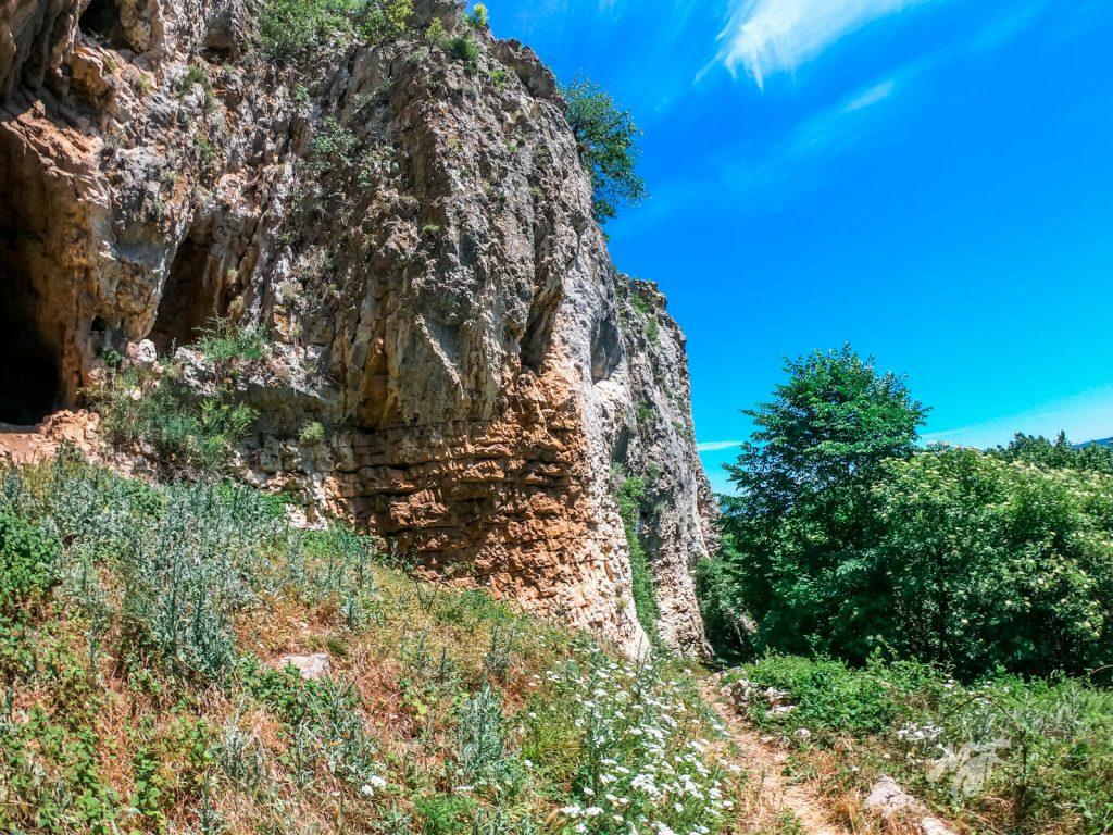 Скалният масив Манастира