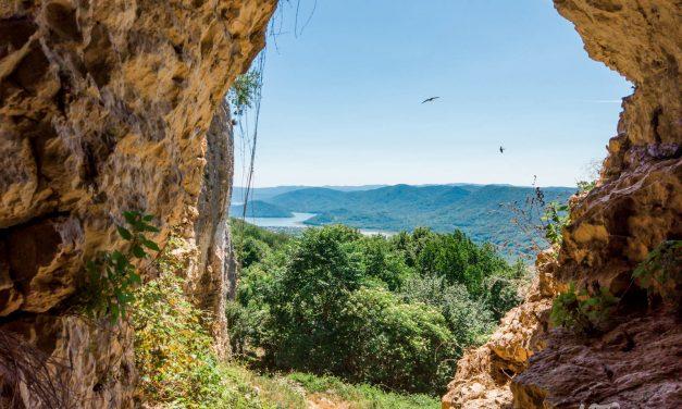 Скалният масив Манастира край Варна