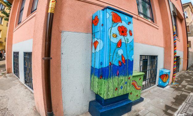Изрисуван уличен ъгъл в Бургас – Макове, калинки, пеперуди