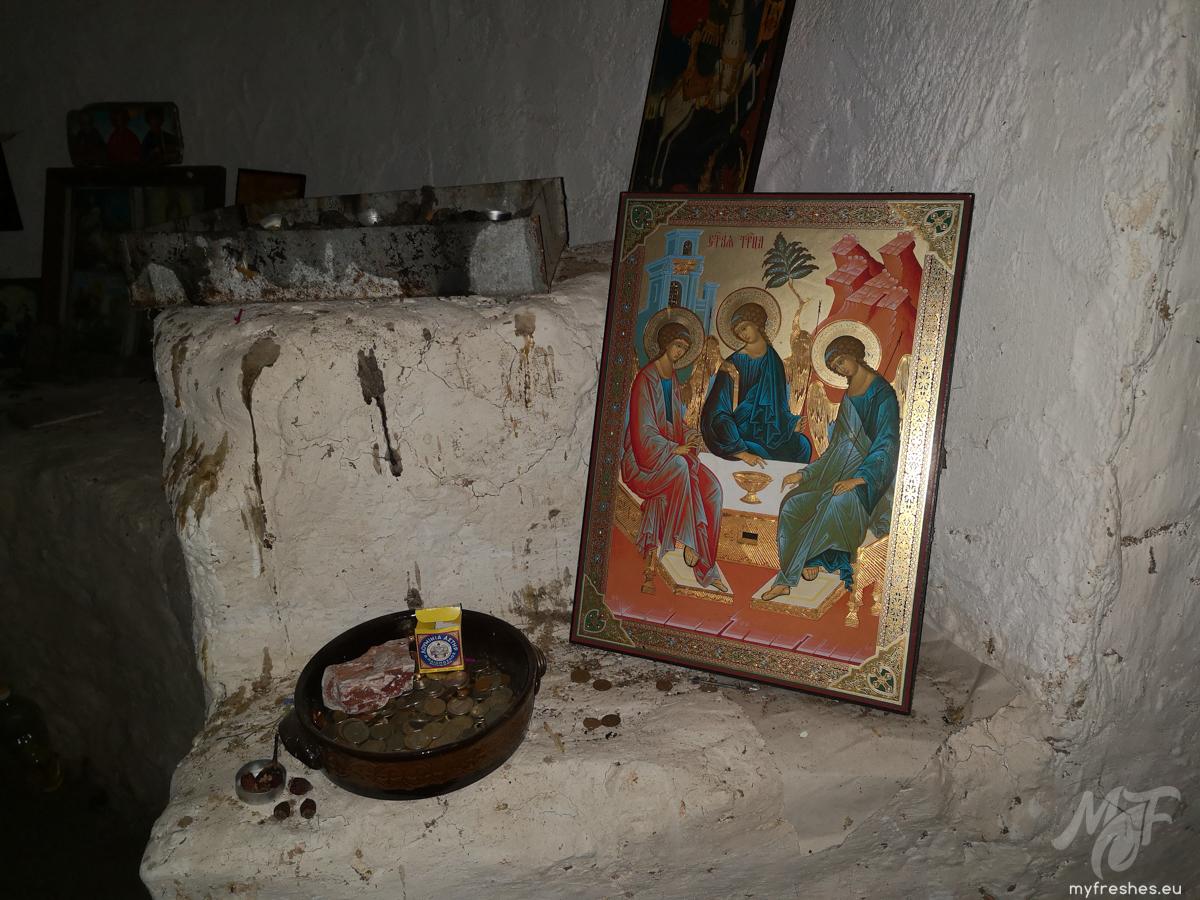 параклис върху входа на пещера